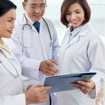 Medium shot of three doctors consulting on a medical case Free Photo