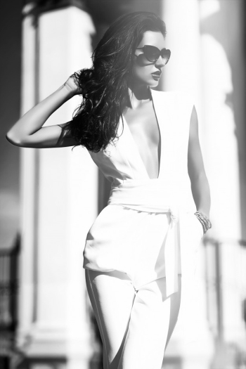Fashion businesswoman wearing white suit and sunglasses in the street Free Photo